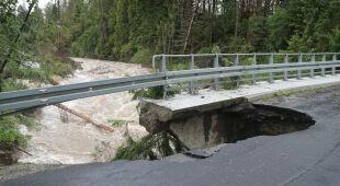 Zerwane drogi i zatopione domy. Trwa usuwanie skutków ulewnych deszczy