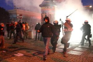 Bijatyka na Marszałkowskiej. Policja zatrzymała 120 osób