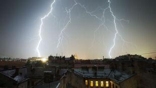 Sprawdź, jak bezpiecznie przetrwać burze