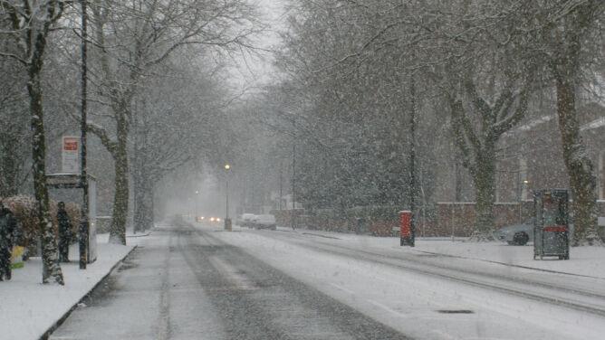Śnieg i wiatr utrudnią jazdę